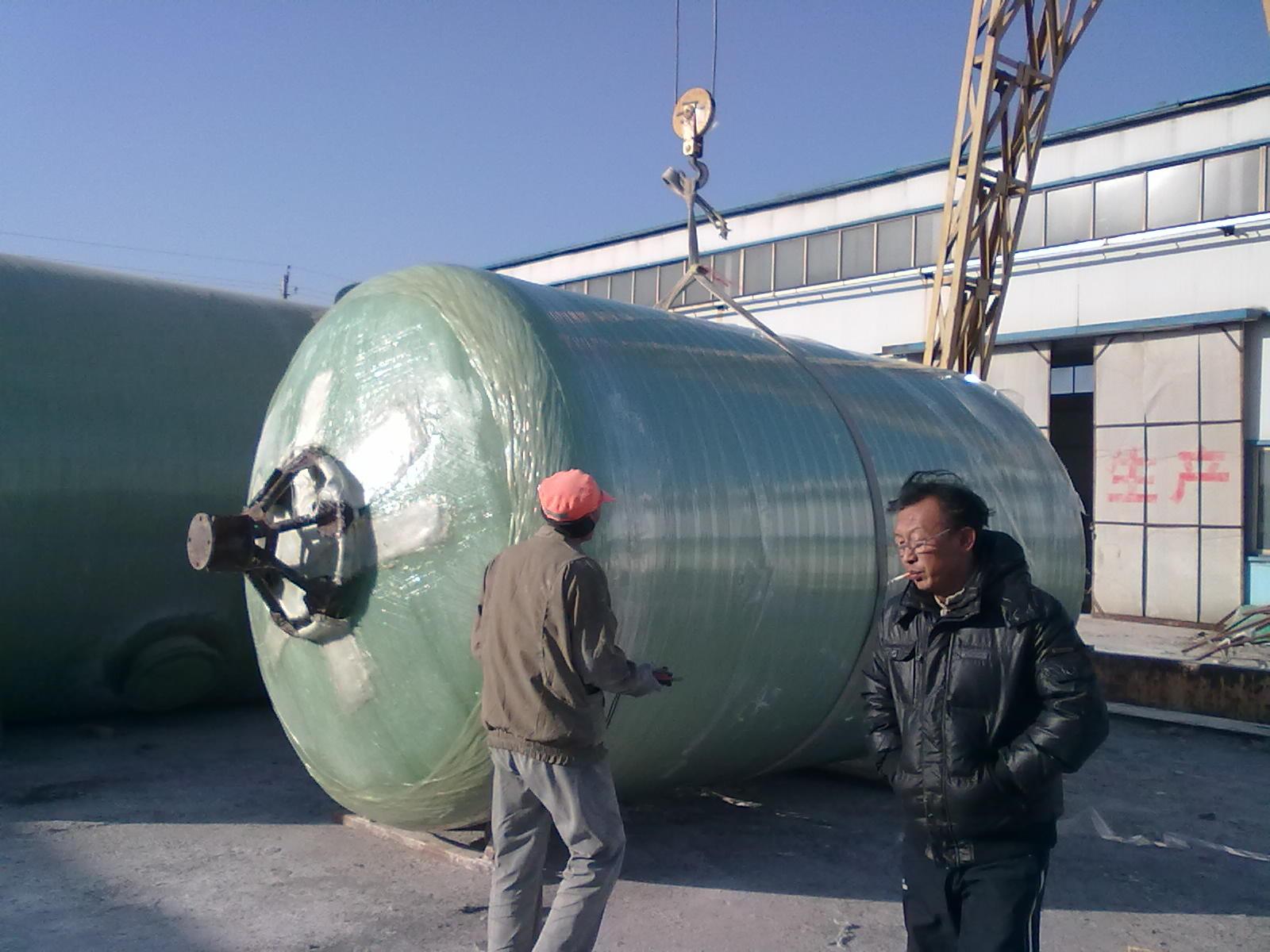 一:玻璃钢储罐封头的制作过程1,在工程滑石粉粉刷过的光滑的砖砌模型